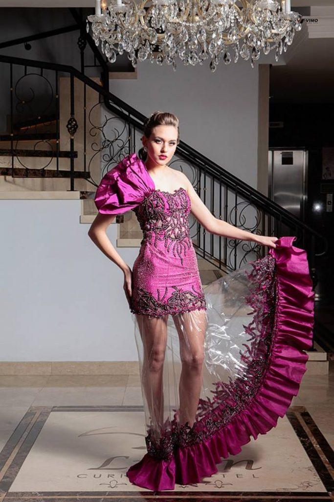 7bc7629d0a1 Meio ambiente  estilista cria coleção de vestidos de luxo com plástico  reciclado para conscientizar consumidores de elite. Want create site