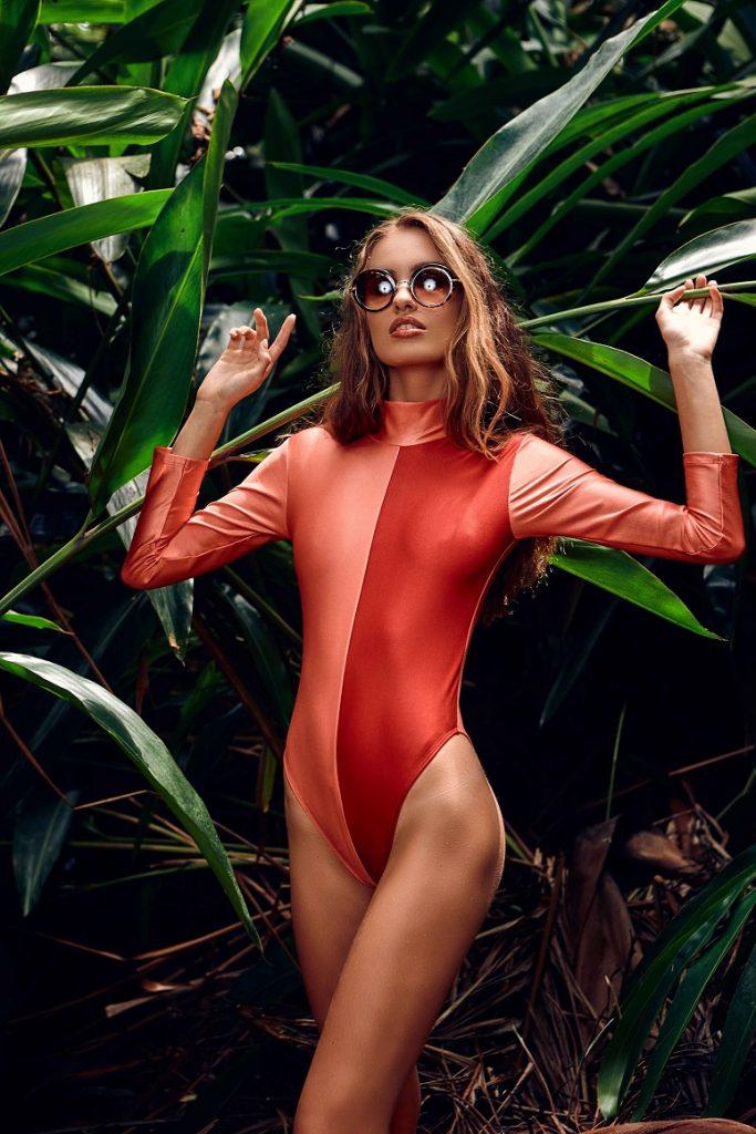 0291686ce Agustina Gutierrez cria moda beachwear com mão de obra social
