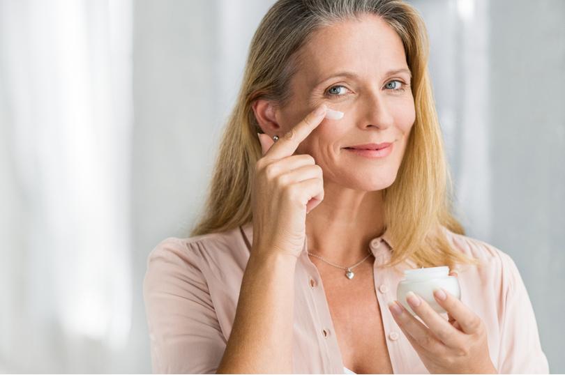 Aprenda a cuidar da pele após a menopausa para prevenir o surgimento dos  sinais de envelhecimento